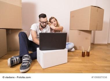 Paar füllt Umzugsgutliste online am Laptop aus