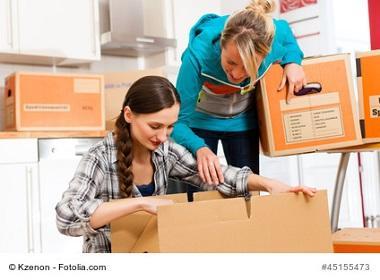 Umzug in Eigenregie, zwei Frauen packen Umzugskartons