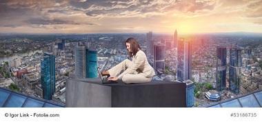 Frau sucht am Laptop Umzugsunternehmen in Frankfurt