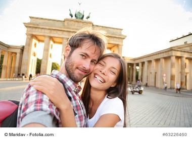 Pärchen besichtigt nach gelungenem Umzug in Berlin das Brandenburger Tor