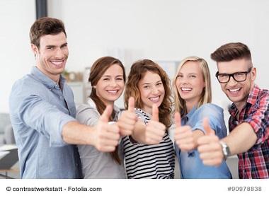 5 junge Leute bewerten mit Daumen hoch